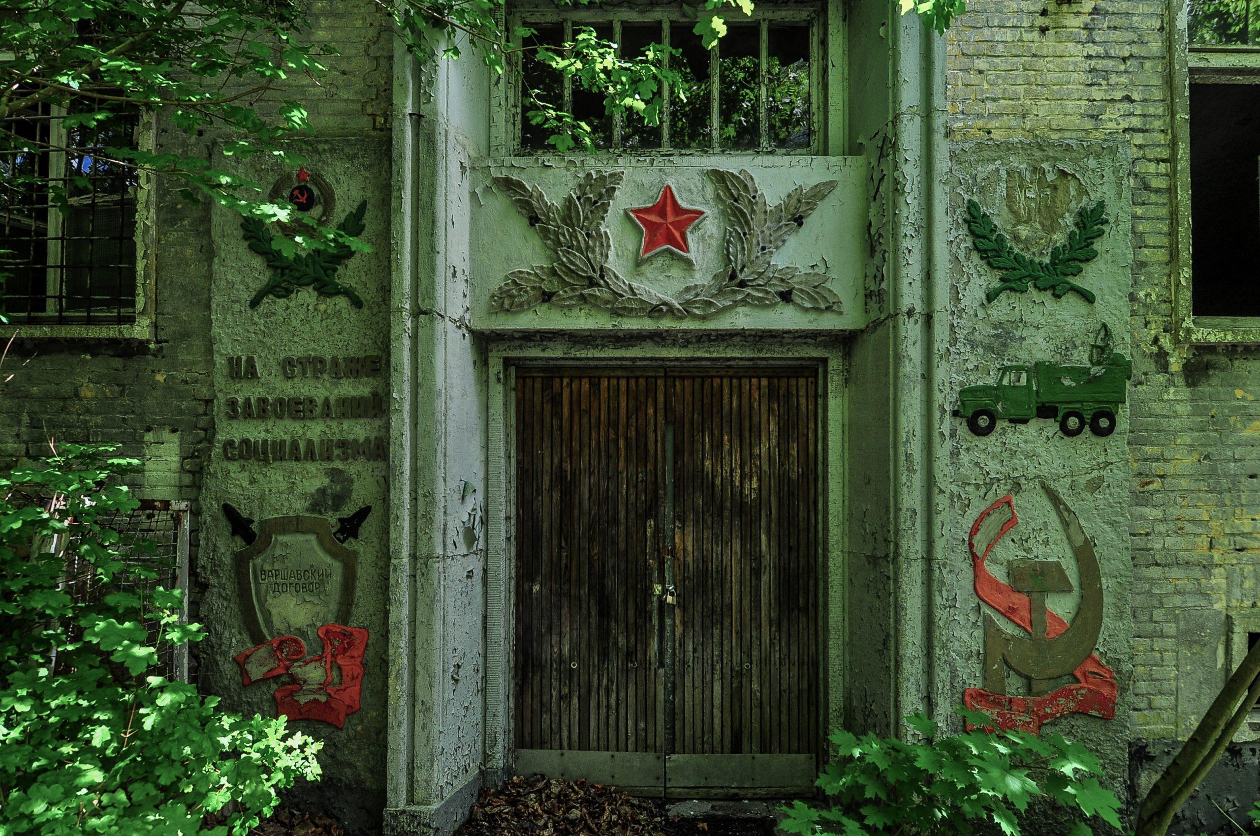 soviet entrance door murals kaserne krampnitz abandoned potsdam berlin Kavallerieschule barracks Panzertruppenschule nazi soviet military base germany deutschland