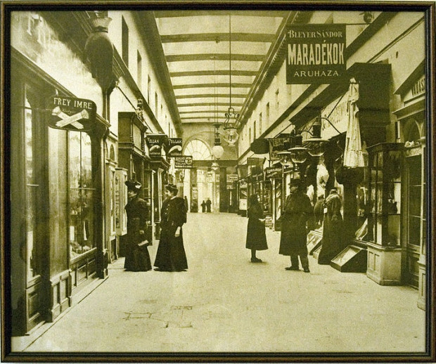 The Parisi Haz in Budapest in 1900