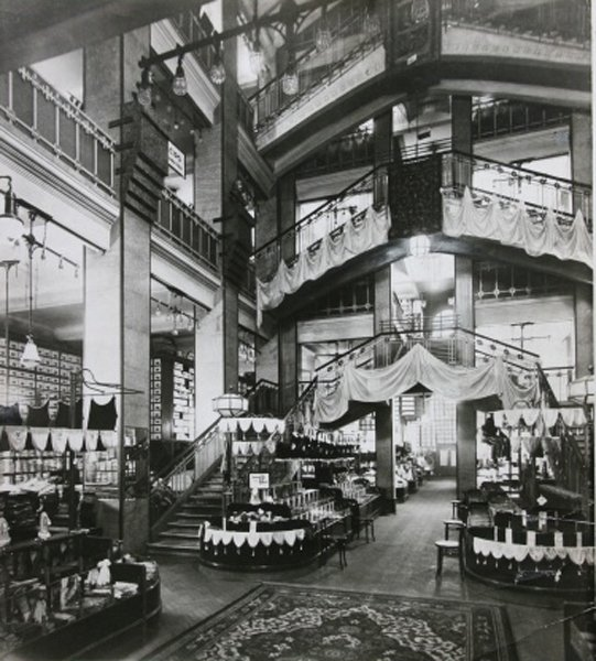 Foyer of the Párizsi Nagy Áruház in 1911 - photo via: epiteszforum.hu