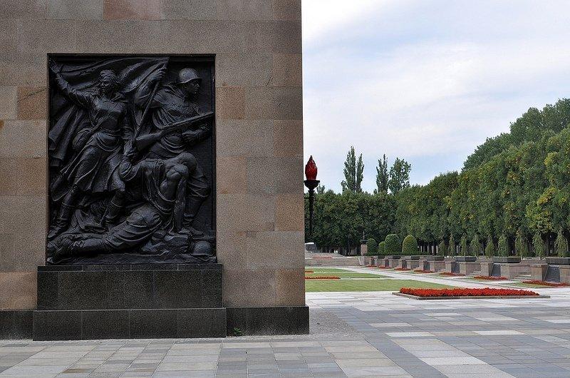 sowjetisches ehrenmal schoenholzer heide  bronze mural soviet people