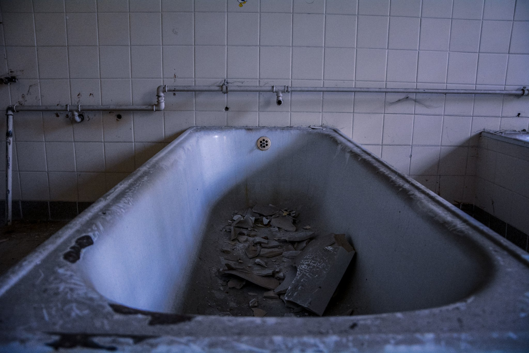 abandoned hospital berlin verlassenes krankenhaus lost places urbex ruins germany bathtub