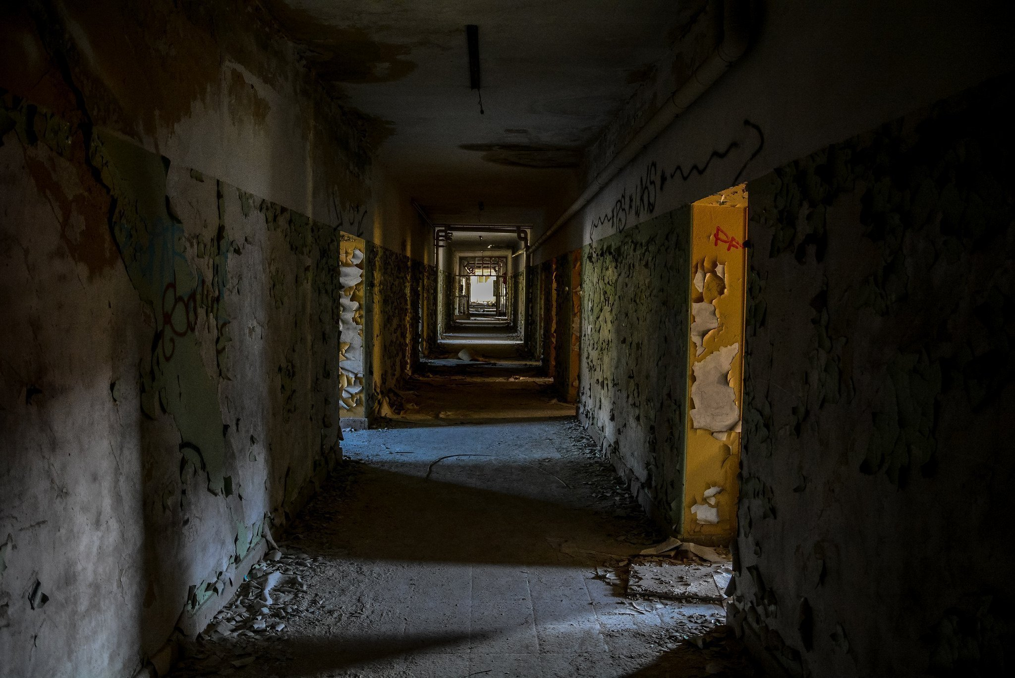 abandoned hospital berlin verlassenes krankenhaus lost places urbex ruins germany doctor villa hallway