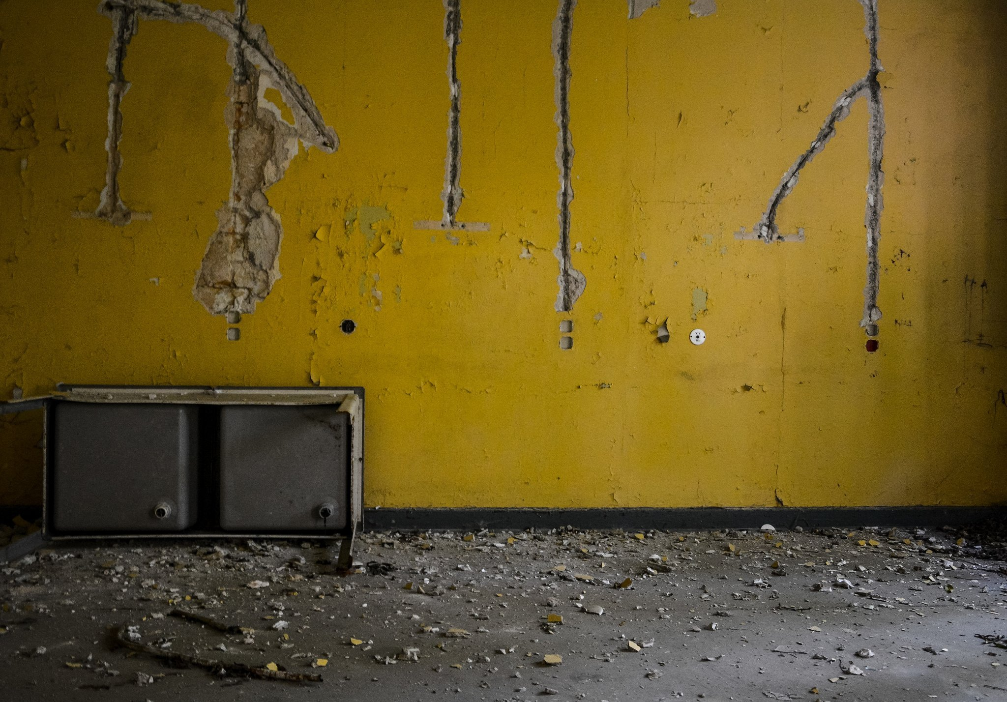 abandoned hospital berlin verlassenes krankenhaus lost places urbex yellow room