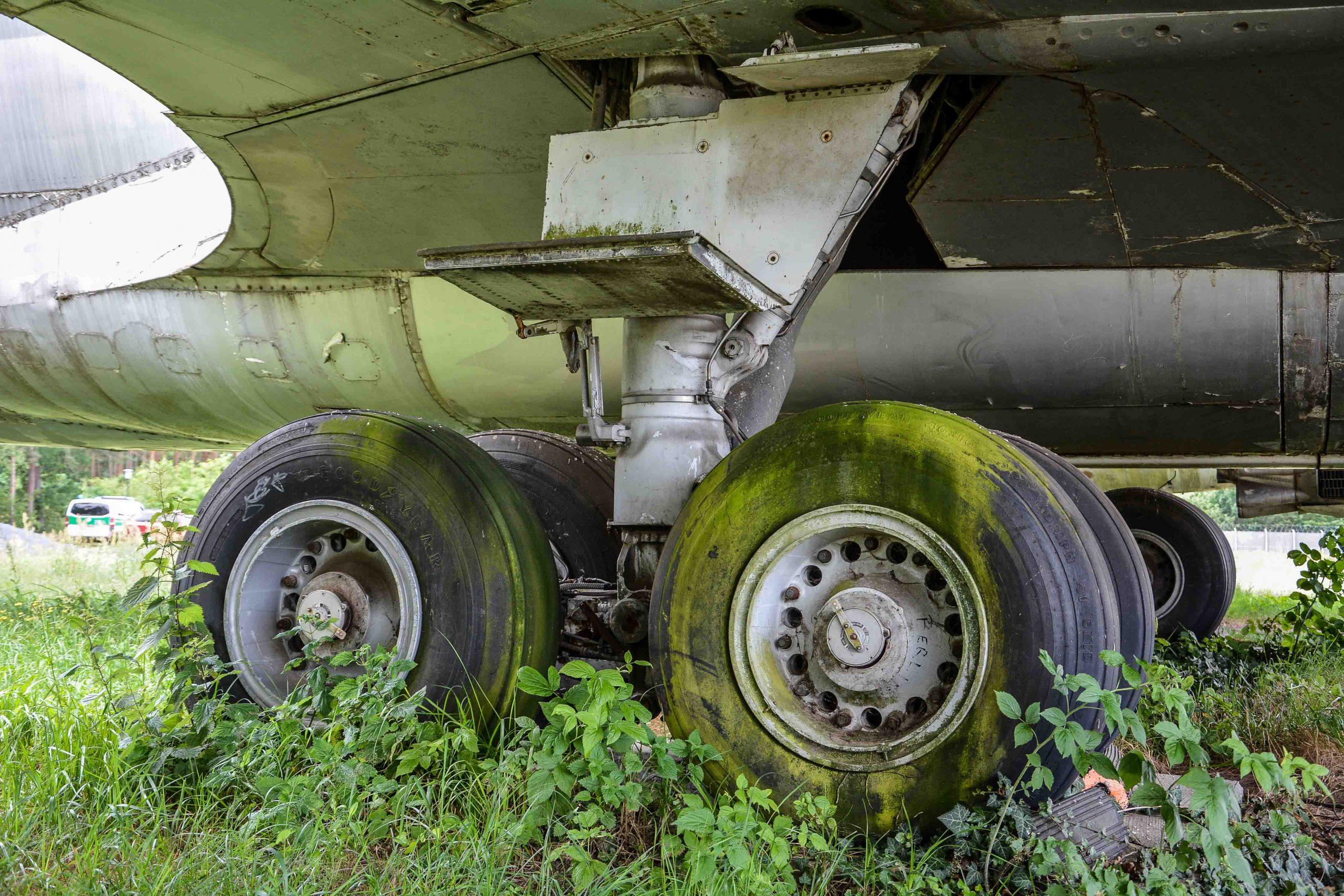 green tires landing gear abandoned boeing 707 tegel txl flughafen airport berlin germany deutschland