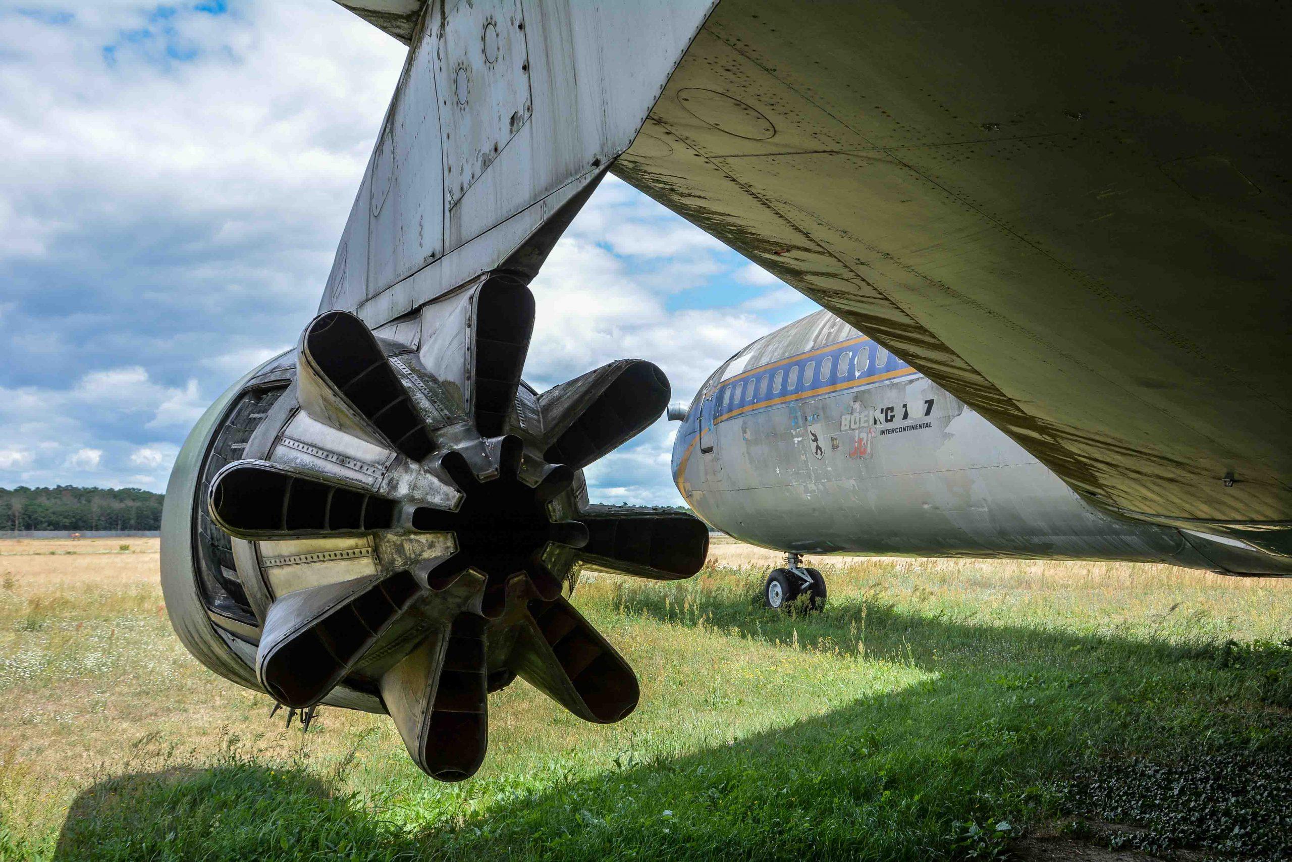 jet engine turbine rear view abandoned boeing 707 tegel txl flughafen airport berlin germany deutschland
