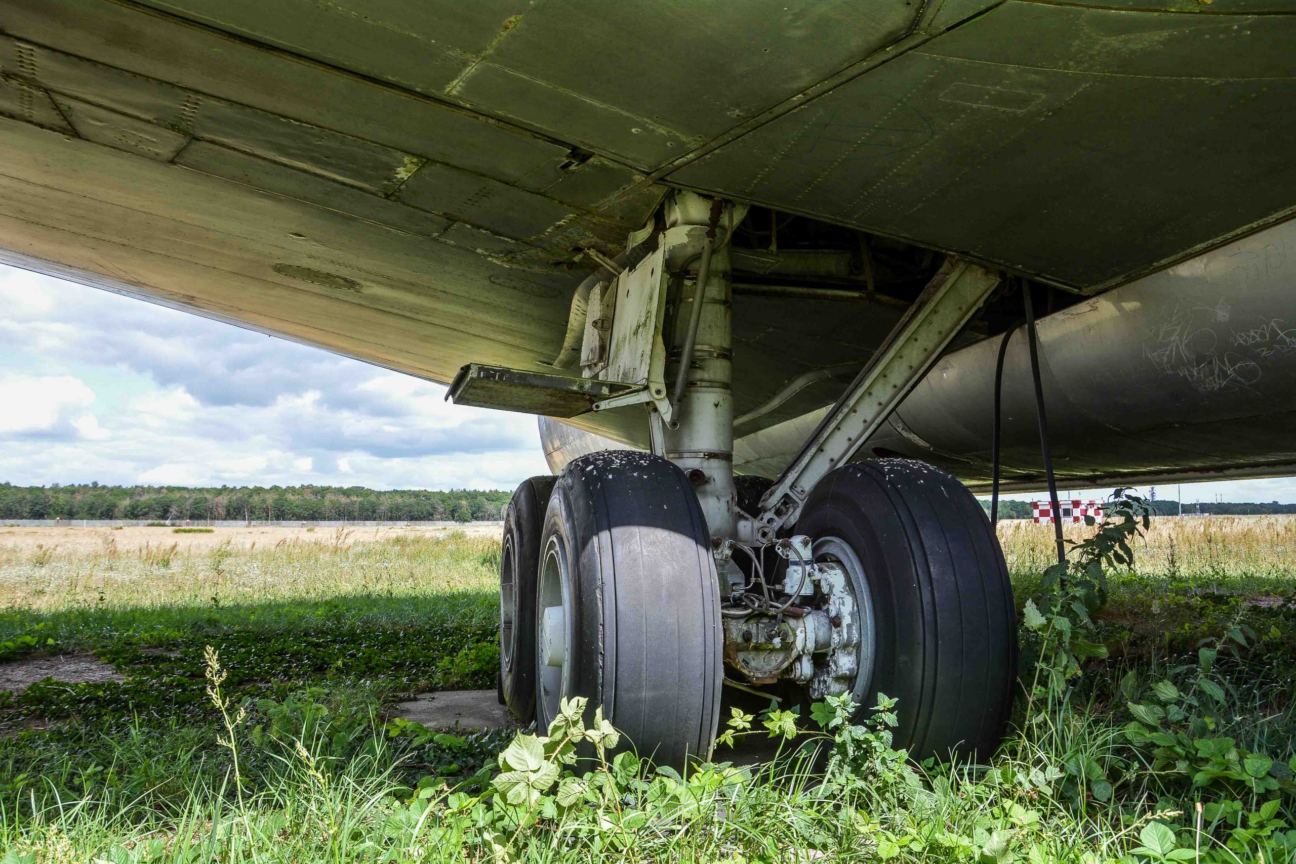 tire landing gear abandoned boeing 707 tegel txl flughafen airport berlin germany deutschland