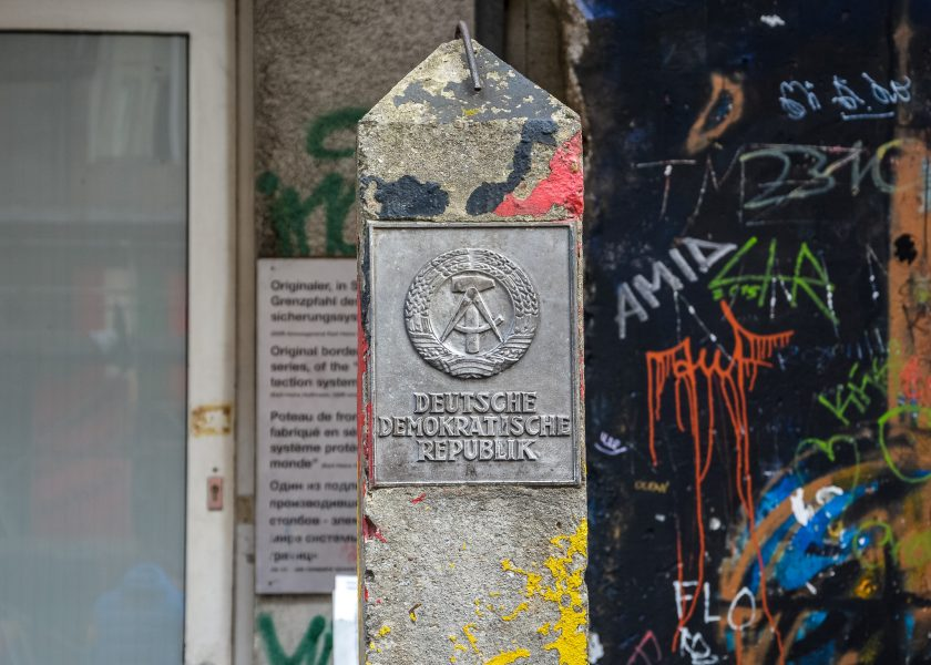 DDR wappen grenzpfahl ost berlin checkpoint charlie