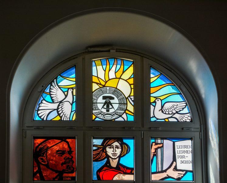 ddr wappen glassfenster mosaik humboldt uni berlin