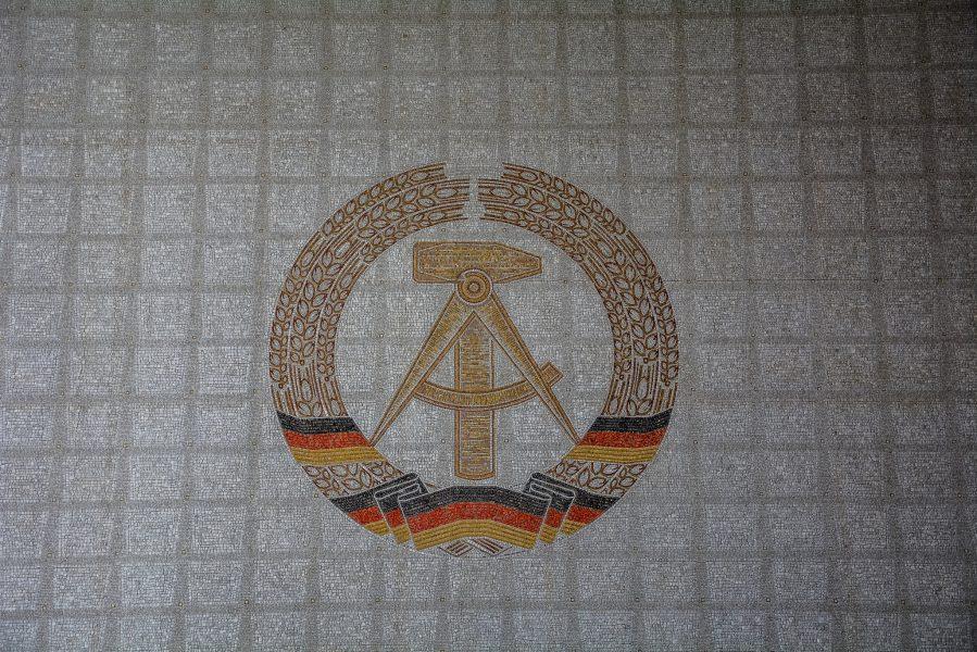 ddr wappen mosaik staatsratsgebaeude berlin