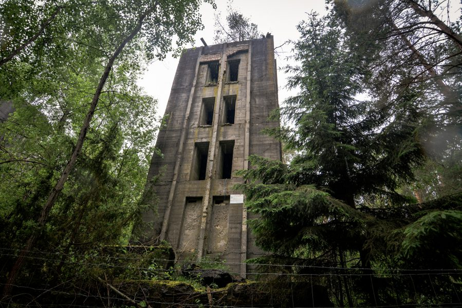 turm eingang seite weisse haeuser rechlin mecklenburg urbex lost places
