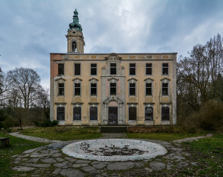 schloss dammsmuehle berlin lost places germany abandoned berlin urbex castle side view fountain