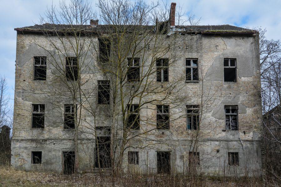 back view gasthof zum schwarzen adler ruedersdorf brandenburg deutschland germany abandoned lost palces urbex
