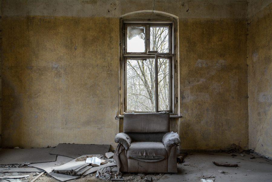 couch sessel gasthof zum schwarzen adler ruedersdorf brandenburg deutschland germany abandoned lost palces urbex
