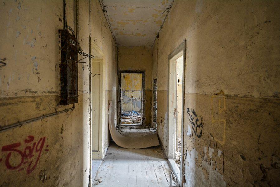 flur hallway gasthof zum schwarzen adler ruedersdorf brandenburg deutschland germany abandoned lost palces urbex