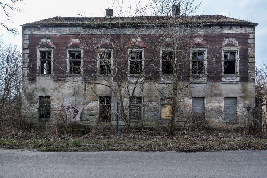 front view gasthof zum schwarzen adler ruedersdorf brandenburg deutschland germany abandoned lost palces urbex