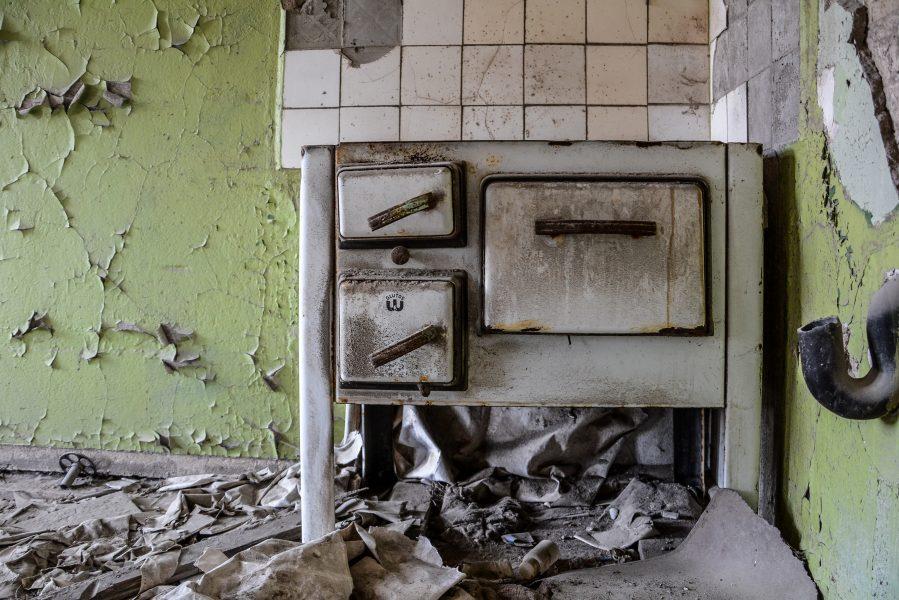 oven stove gasthof zum schwarzen adler ruedersdorf brandenburg deutschland germany abandoned lost palces urbex