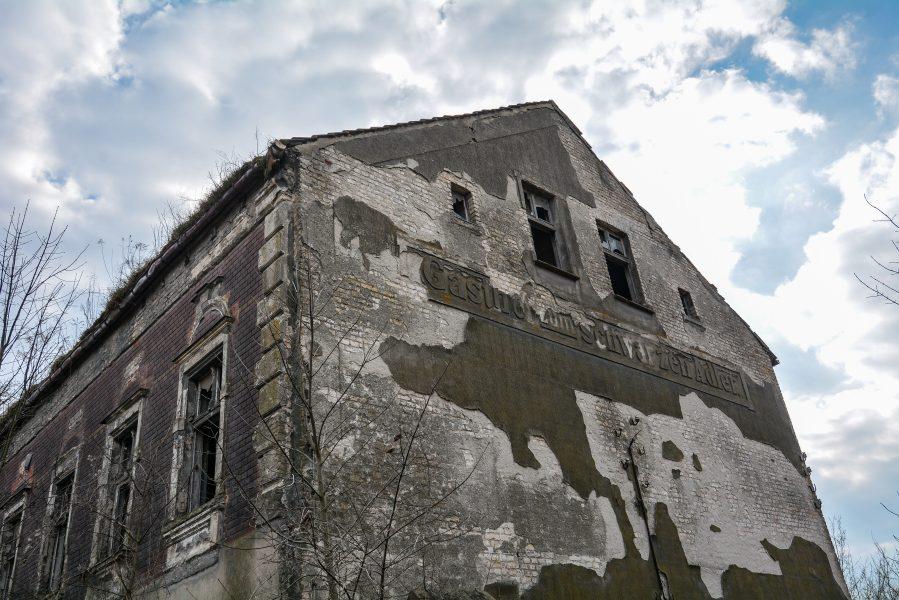 side view gasthof zum schwarzen adler ruedersdorf brandenburg deutschland germany abandoned lost palces urbex