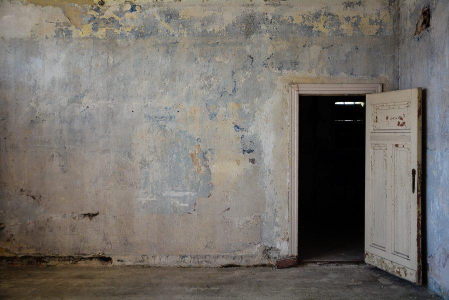 top floor blue wall door villa heike DDR stasi nazi archiv berlin germany abandoned lost places urbex urban exploring