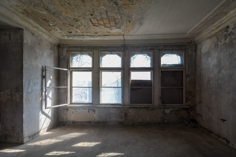 top floor windows villa heike DDR stasi nazi archiv berlin germany abandoned lost places urbex urban exploring