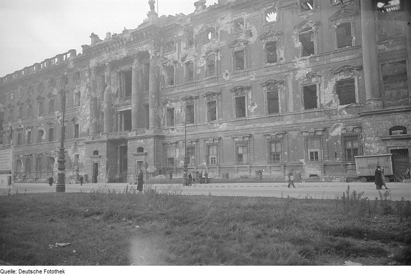 The ruins of the Berliner Schloss in 1945 | Photo by: Abraham Pisarek Source: Deutsche Fotothek CC-BY-SA-3.0-DE