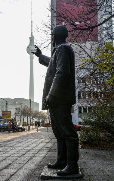 gerhard thieme berlin statue bauarbeiter goldfinger alexanderplatz