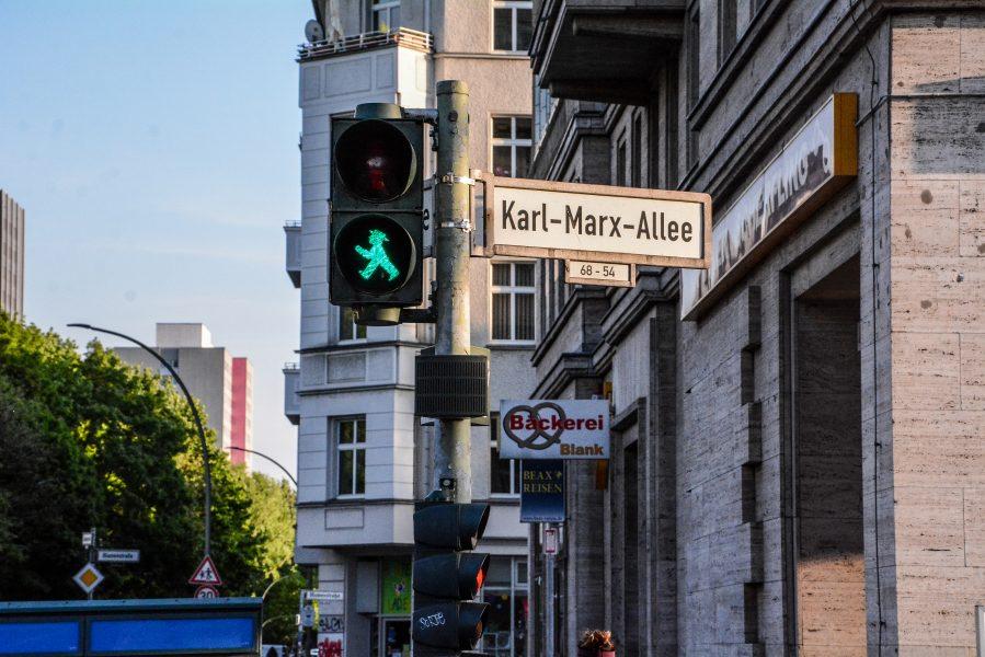 karl marx allee berlin mitte friedrichshain deutschland germany kreuzung ampel ddr