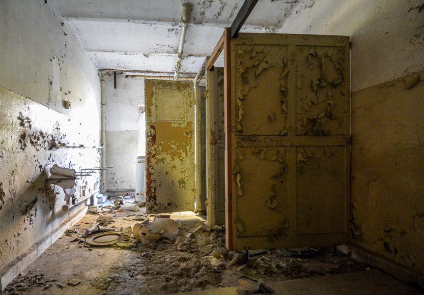bathroom oranienburg kz sachsenhausen nazi ss germany barracks ss Hundertschaftsgebaeude lost places abandoned urbex urban exploring