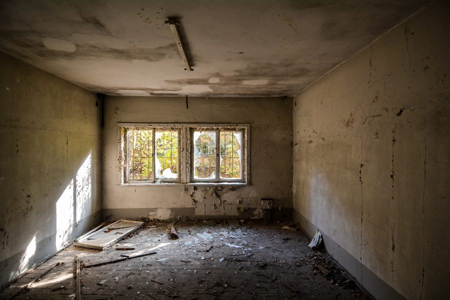 beige room oranienburg kz sachsenhausen nazi ss germany barracks ss Hundertschaftsgebaeude lost places abandoned urbex urban exploring