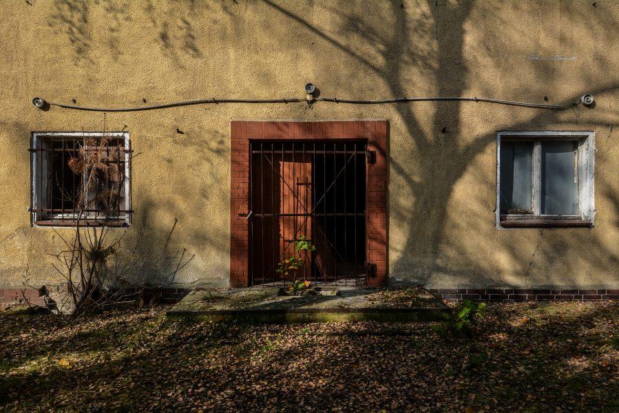 closed door oranienburg kz sachsenhausen nazi ss germany barracks ss Hundertschaftsgebaeude lost places abandoned urbex urban exploring