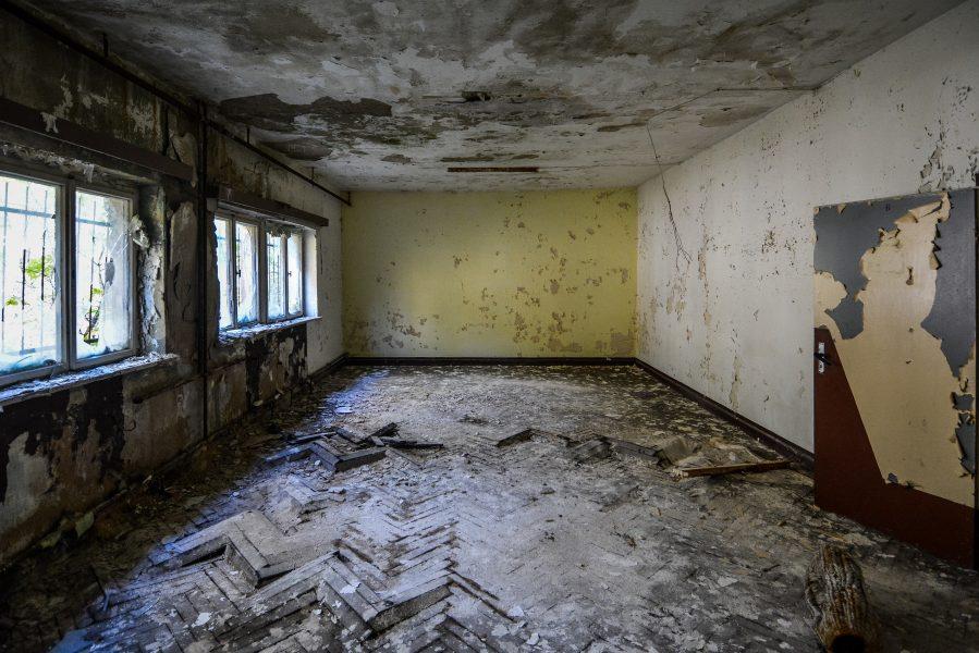 crumbling floors oranienburg kz sachsenhausen nazi ss germany barracks ss Hundertschaftsgebaeude lost places abandoned urbex urban exploring