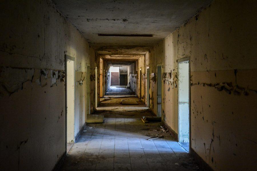 entrance hallway oranienburg kz sachsenhausen nazi ss germany barracks ss Hundertschaftsgebaeude lost places abandoned urbex urban exploring