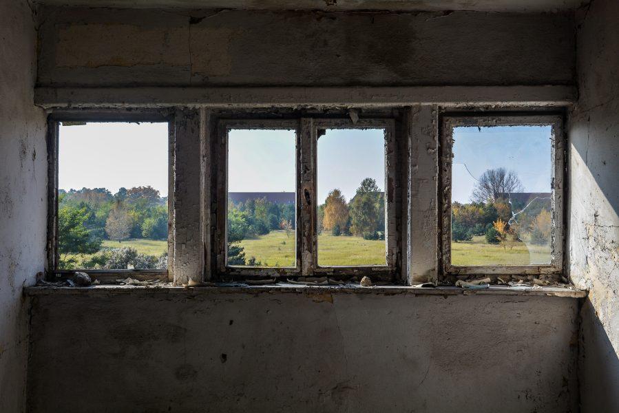 three windows oranienburg kz sachsenhausen nazi ss germany barracks ss Hundertschaftsgebaeude lost places abandoned urbex urban exploring