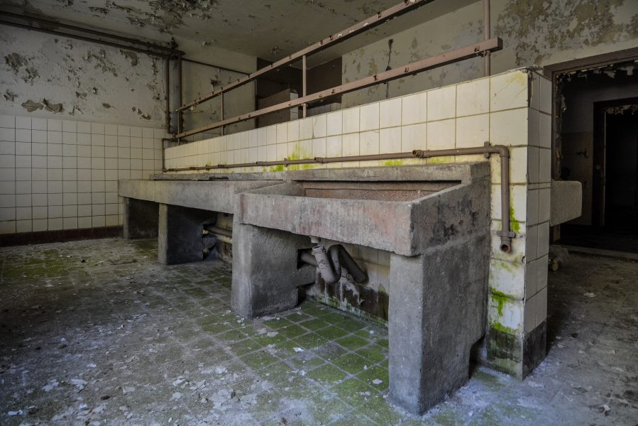 washroom oranienburg kz sachsenhausen nazi ss germany barracks ss Hundertschaftsgebaeude lost places abandoned urbex urban exploring