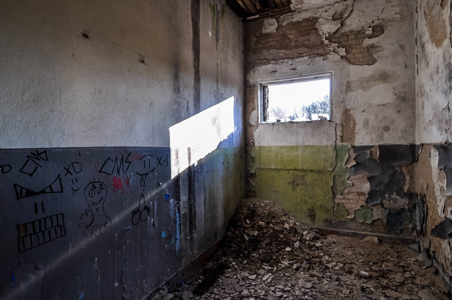 abandoned room graffiti green wall eberswalde artillerie kaserne soviet artillery barracks brandenburg lost places urbex abandoned germany