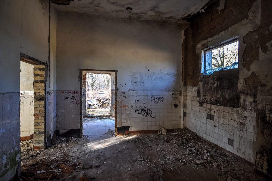 white tiles abandoned room eberswalde artillerie kaserne soviet artillery barracks brandenburg lost places urbex abandoned germany