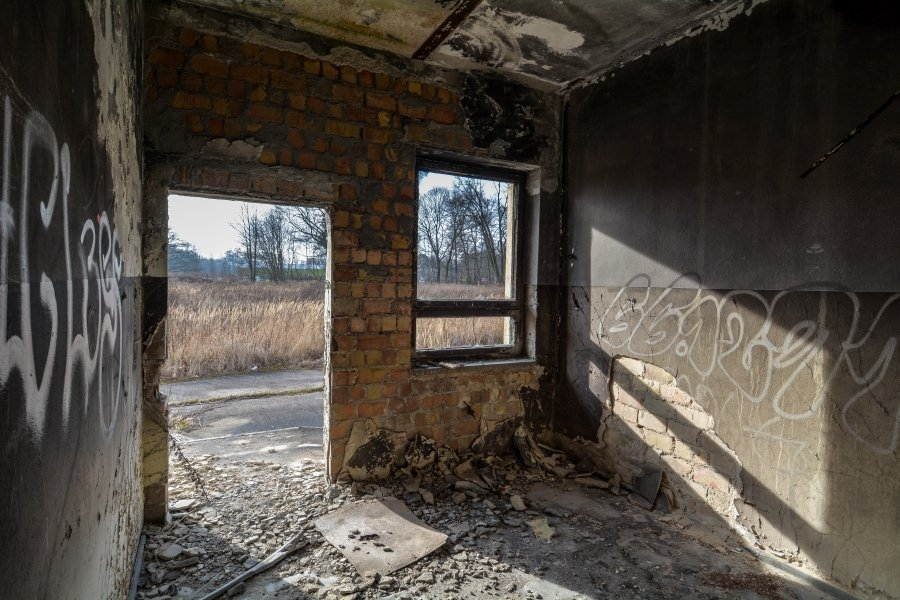 abandoned circus workshop door winterquartier staatszirkus ddr lost places berlin urban exploring abandoned urbex germany