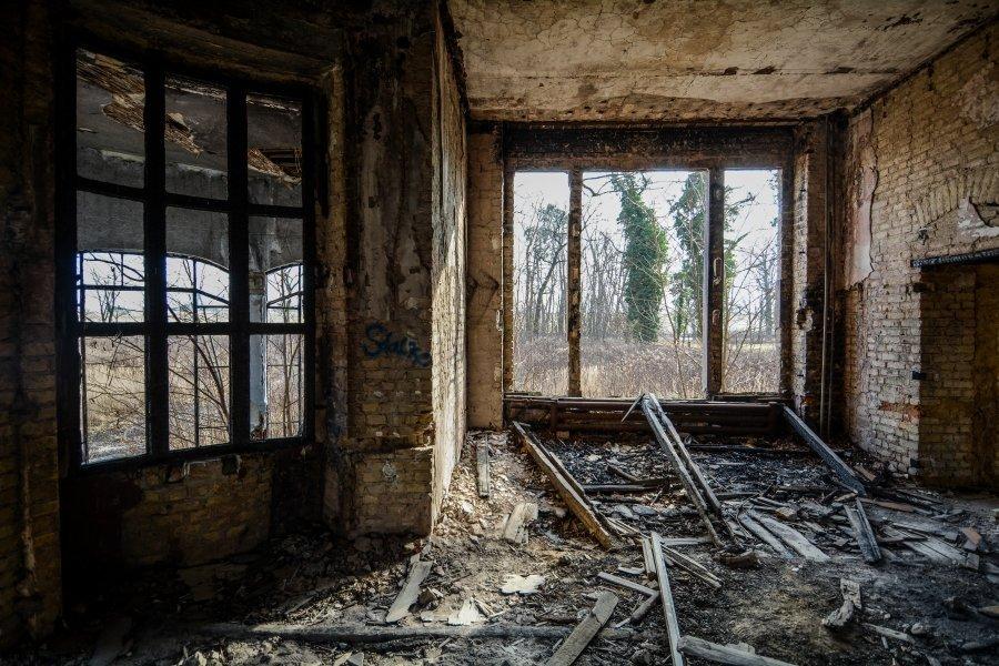 abandoned villa broken windows winterquartier staatszirkus ddr lost places berlin urban exploring abandoned urbex germany