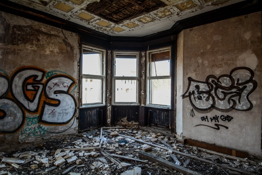 abandoned villa corner window winterquartier staatszirkus ddr lost places berlin urban exploring abandoned urbex germany