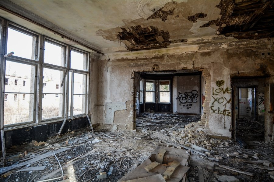 abandoned villa living room winterquartier staatszirkus ddr lost places berlin urban exploring abandoned urbex germany