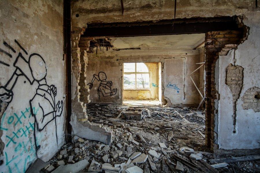 broken walls living room abandoned villa winterquartier staatszirkus ddr lost places berlin urban exploring abandoned urbex germany