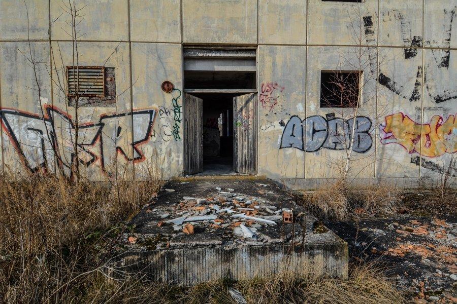 front door abandoned circus workshop winterquartier staatszirkus ddr lost places berlin urban exploring abandoned urbex germany