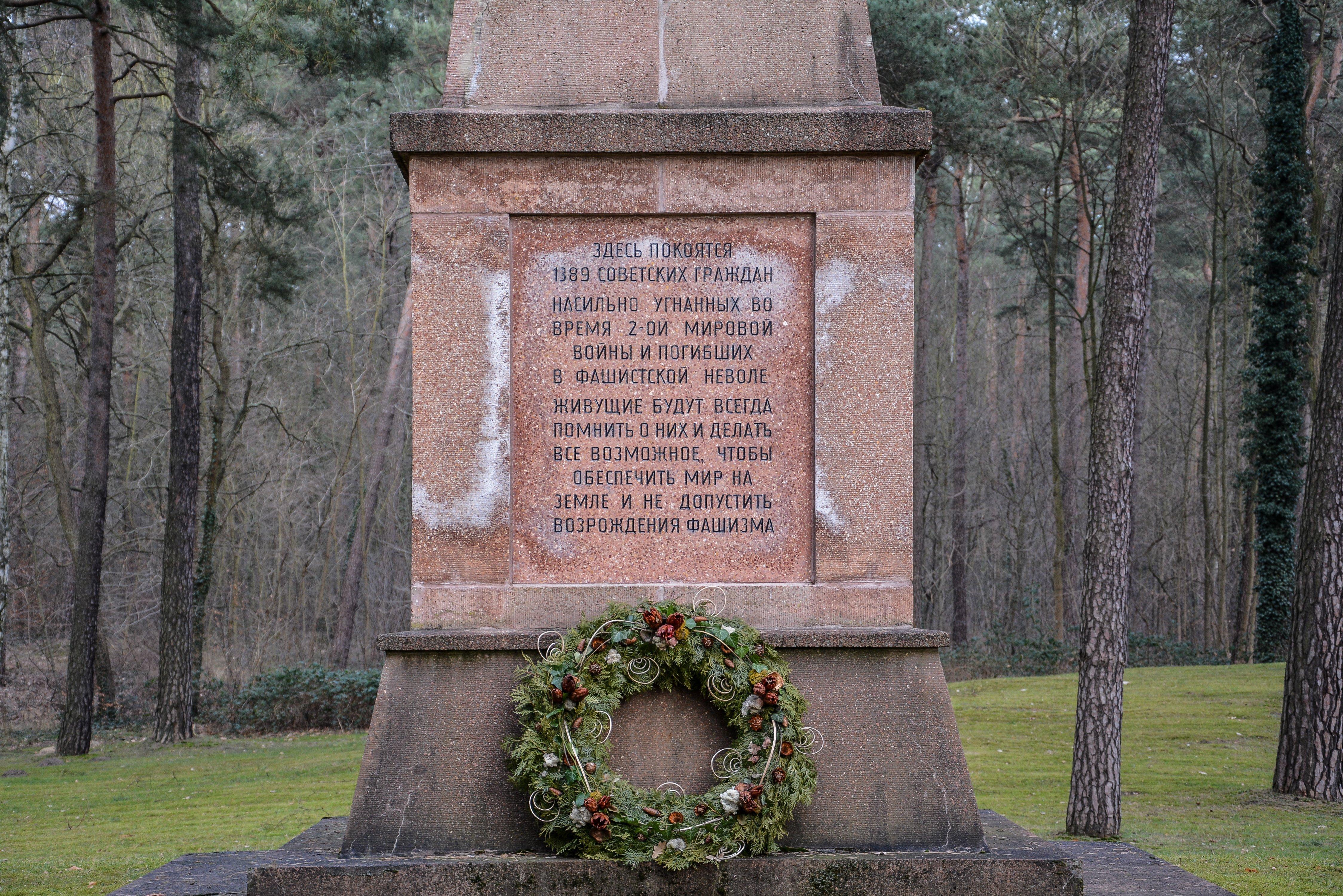 inscription dedication sowjetisches ehrenmal gueterfelde soviet war memorial gueterfelde front obelisk russian monument war graves brandenburg berlin germany