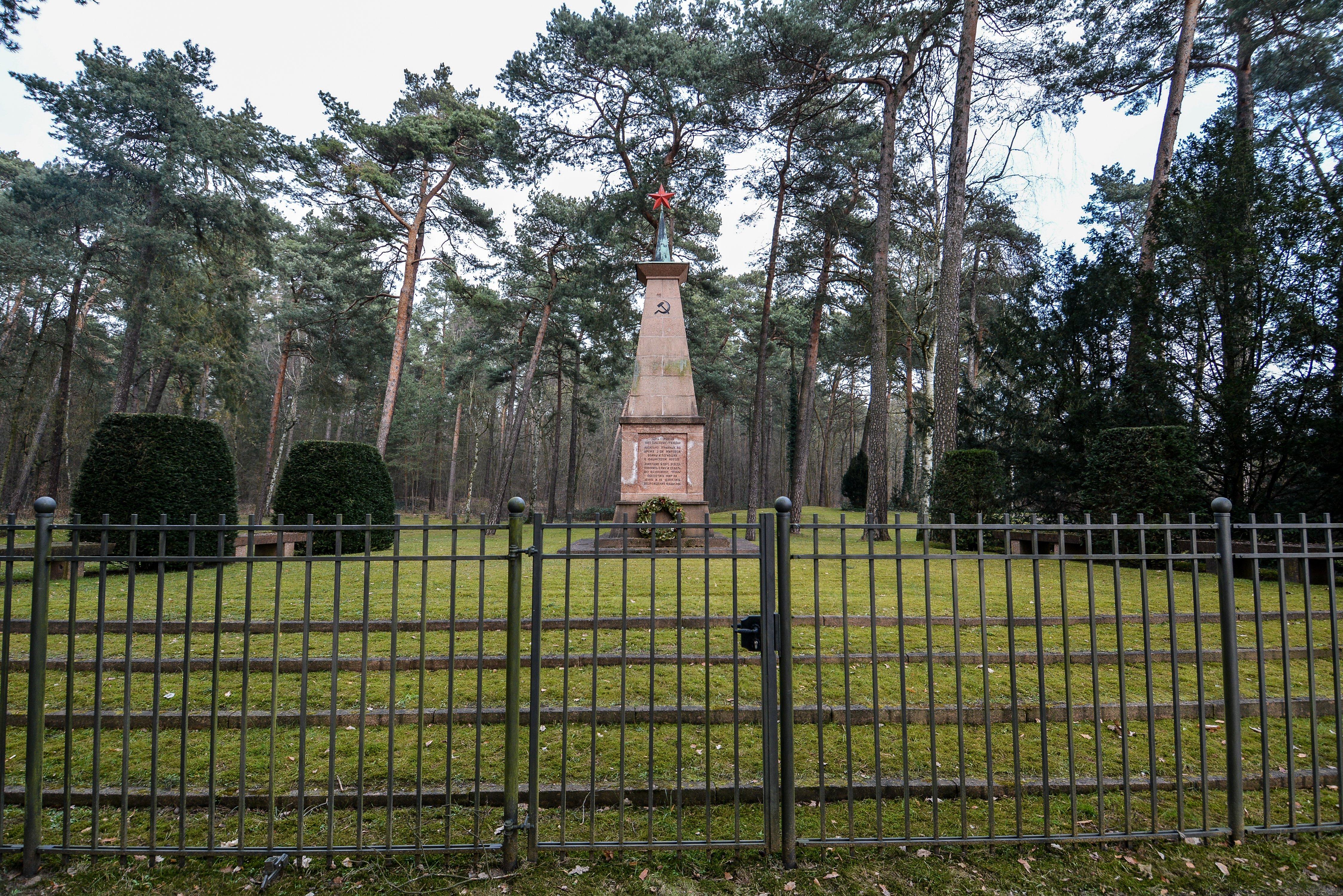 locked gates sowjetisches ehrenmal gueterfelde soviet war memorial gueterfelde front obelisk russian monument war graves brandenburg berlin germany