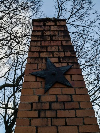 obelisk sowjet stern soviet star sowjetisches ehrenmal rummelsburg noeldnerstrasse lichtenberg soviet war memorial rummelsburg erloeserkirche berlin deutschland germany