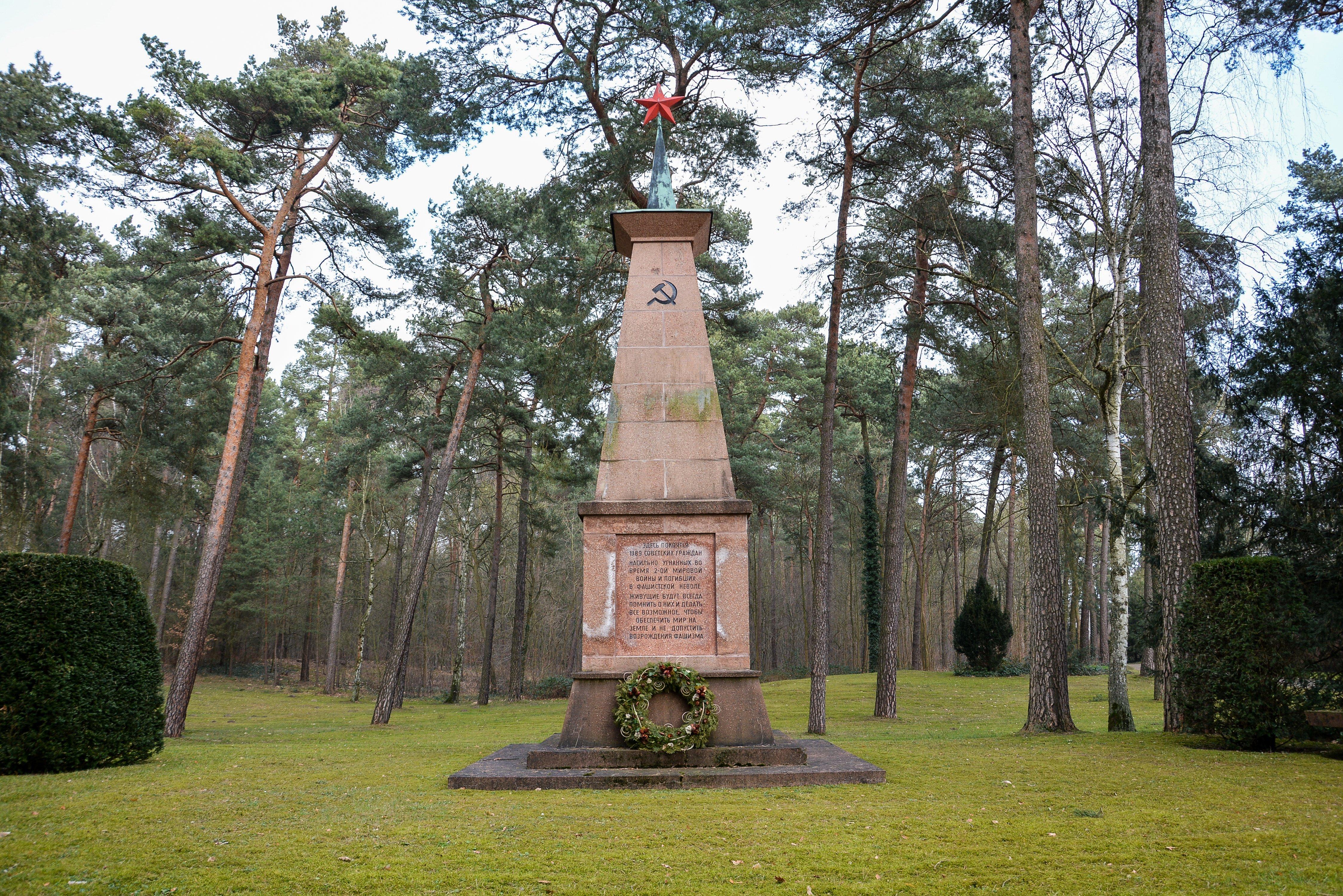 sowjetisches ehrenmal gueterfelde soviet war memorial gueterfelde front obelisk russian monument war graves brandenburg berlin germany