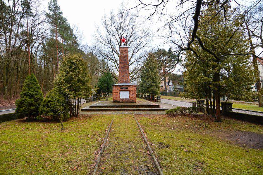 back view schöneiche berlin sowjetisches ehrenmal platz der befreiung 8 may soviet war memorial