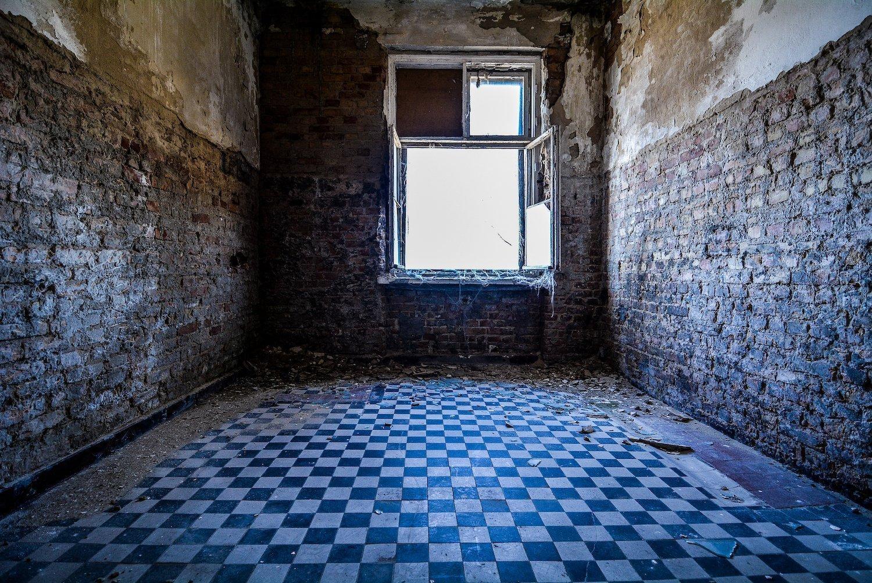 black white floor tiles nazi soviet military base abandoned urbex urban exploring loewen adler kaserne elstal wustermark roter stern kaserne germany lost places