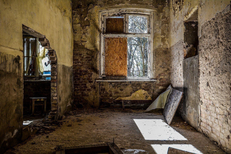 broken down wall nazi soviet military base abandoned urbex urban exploring loewen adler kaserne elstal wustermark roter stern kaserne germany lost places