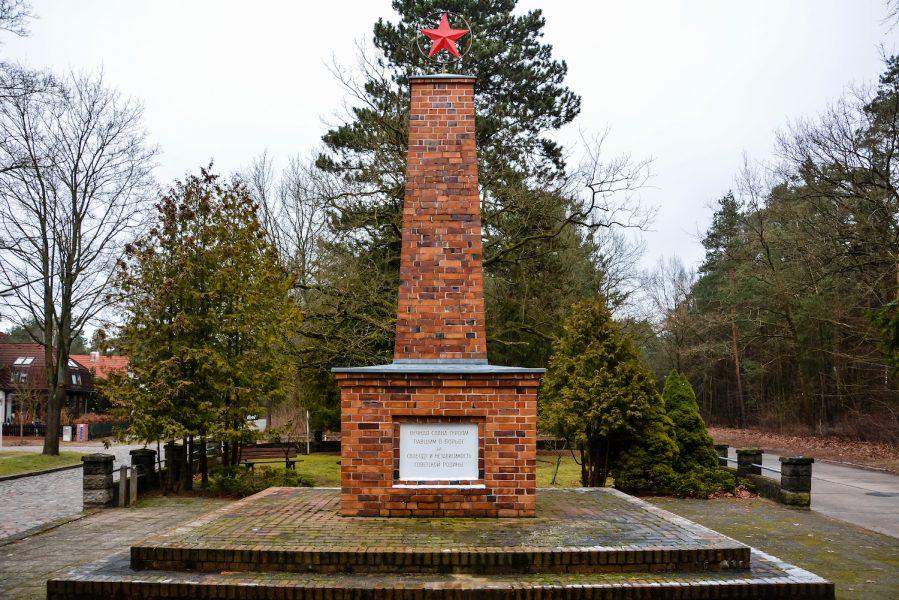 close up back view schöneiche berlin sowjetisches ehrenmal platz der befreiung 8 may soviet war memorial