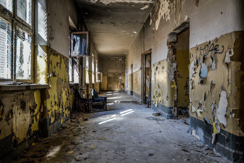 crumbling walls hallway nazi soviet military base abandoned urbex urban exploring loewen adler kaserne elstal wustermark roter stern kaserne germany lost places